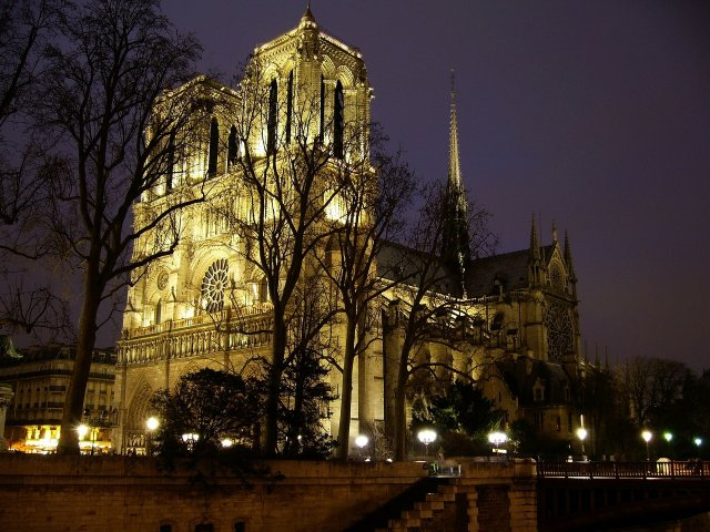 "Macron, dupa incendiu: ""Vom reconstrui Notre-Dame"""
