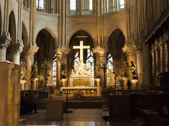 Imagini din interiorul catedralei Notre-Dame, dupa ce focul a fost stins in totalitate. Marea cruce a ramas neatinsa