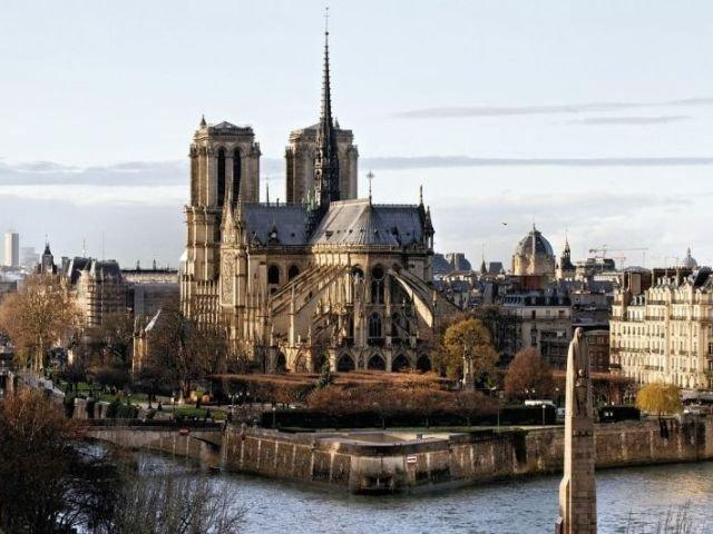 Familiile Arnault si Pinault doneaza 300 de milioane de euro pentru reconstructia catedralei Notre-Dame