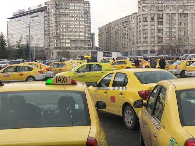 Transportatorii protesteaza, miercuri, in Piata Victoriei