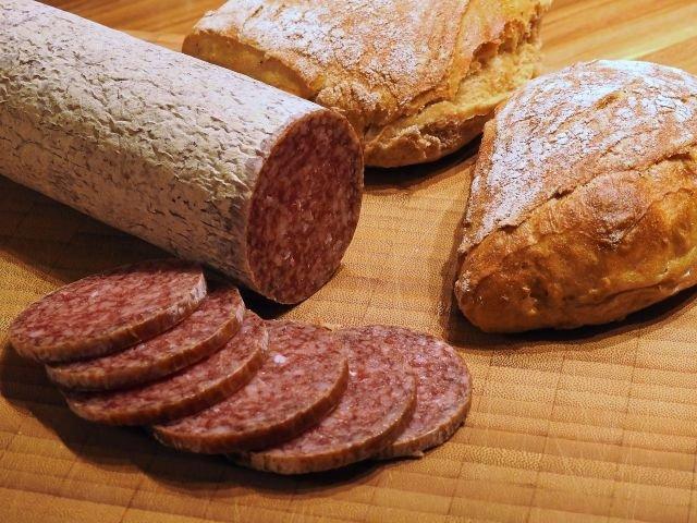 Specialistii avertizeaza ca si cantitatile moderate de carne rosie si procesata sunt asociate cu riscul de cancer colorectal