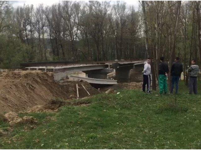 Gorj: Sapte raniti, dupa ce o traversa a unui pod in lucru s-a prabusit peste muncitori