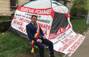 Un primar face greva foamei in fata Ministerului Sanatatii/ FOTO