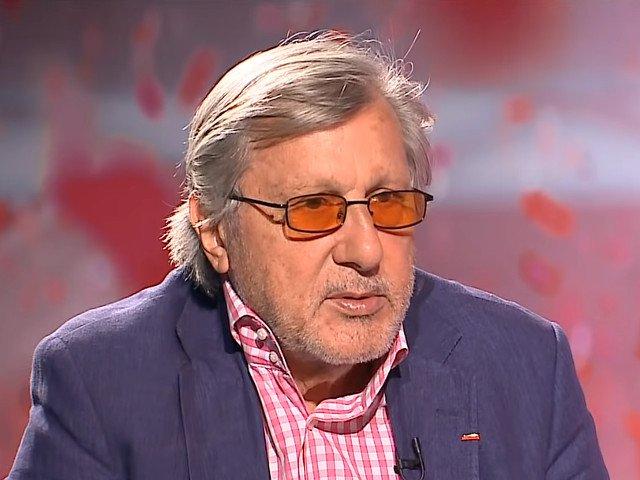 """Nastase, dupa ce a aruncat cu o cafea pe un afis cu Basescu: Golanie e ce a facut cu sloganul """"Sa traiti bine"""""""