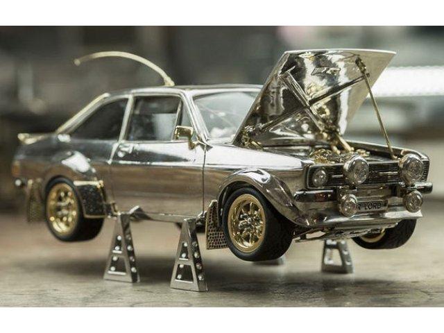 Un bijutier a produs din metale si pietre pretioase macheta unui Ford Escort Mk2: produsul va fi scos la licitatie, iar banii vor fi donati in scopuri caritabile