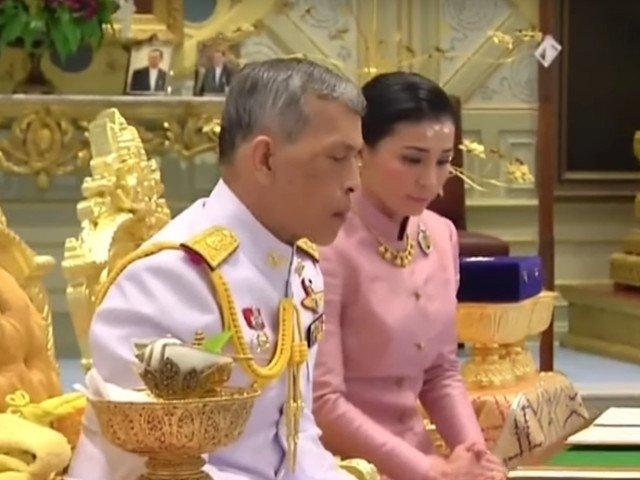 Regele Thailandei s-a casatorit cu comandanta unitatii sale de bodyguarzi/ VIDEO
