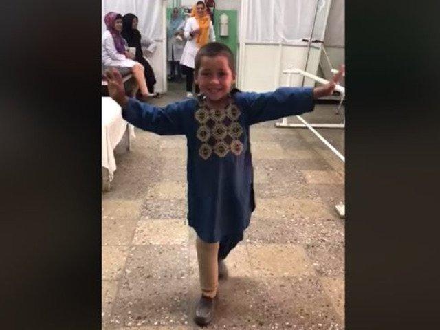 Un video cu un baietel afgan care danseaza dupa ce i s-a pus proteza de picior s-a viralizat / VIDEO