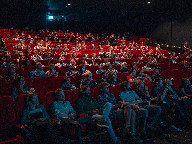 8 reguli de eticheta pe care sa le respecti cand mergi la cinema