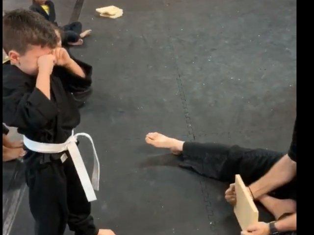VIDEO VIRAL / Un baietel este incurajat de colegii sai la un curs de arte martiale