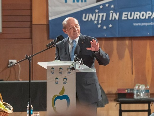 Basescu, despre proiectul privind eliminarea limbii romane din examenele nationale: Mi se pare de nepermis