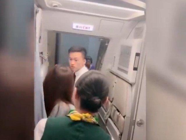 O femeie a intarziat decolarea unui avion pentru ca fiica ei sa termine cumparaturile pe aeroport