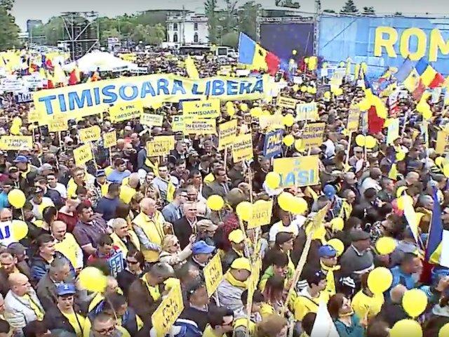 """Peste 50.000 de oameni au participat la mitingul PNL din Piata Victoriei / Klaus Iohannis: """"Dragii mei, la vot! Eliberati Romania!"""""""