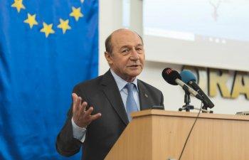 Traian Basescu: Niste primitivi au imbracat in pungi de gunoi crucile militarilor romani