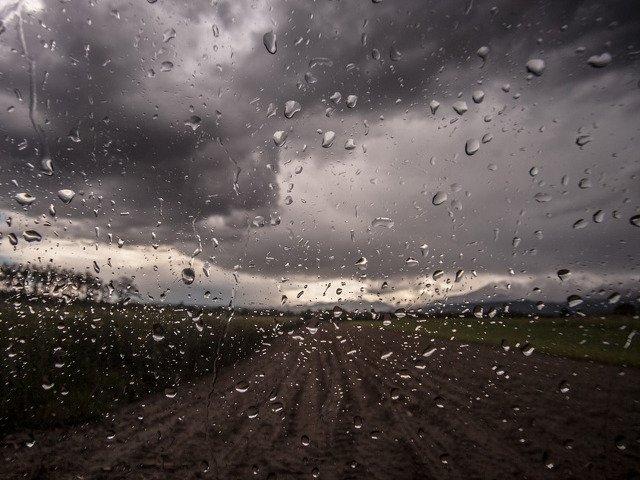 Meteorologii anunta furtuni in toata tara, pana vineri seara