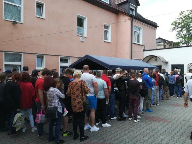"""Mii de romani stau la cozi in strainatate pentru a vota. Multi se tem ca nu vor reusi: """"Le cerem rudelor din Romania sa voteze pentru noi"""""""