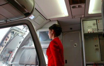 O pasagera a deschis, din greseala, usa de urgenta a avionului. Femeia incerca sa ajunga la toaleta