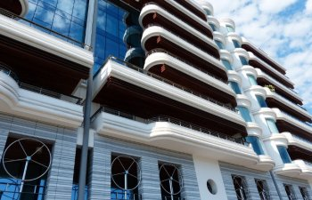 Un turist a murit si alti doi s-au ranit, dupa ce au cazut din balcoanele unor hoteluri