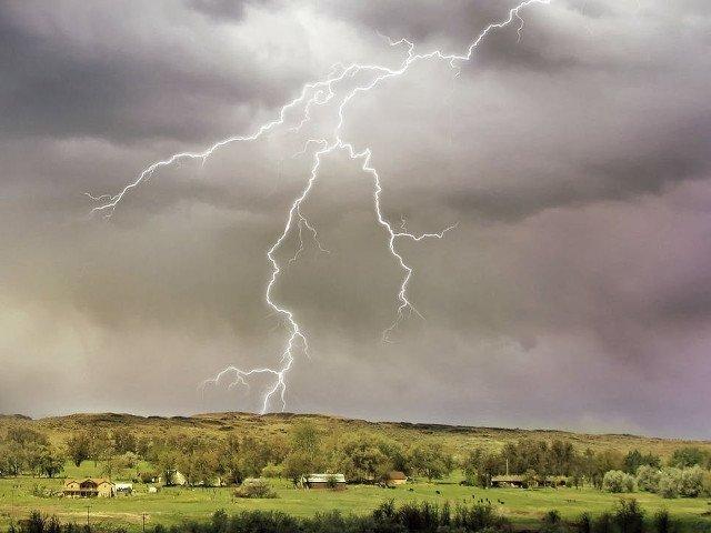 31 de judete, sub cod GALBEN de ploi torentiale, descarcari electrice, vijelii si grindina