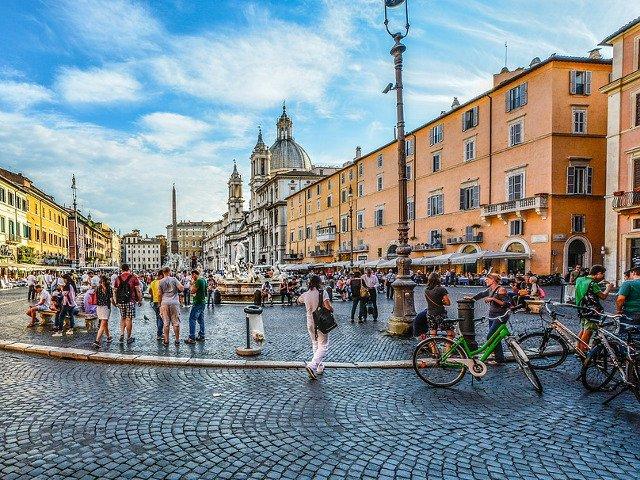 Noi interdictii pentru turisti si localnici in Roma, dupa actualizarea legislatiei privind comportamentul in public
