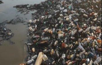 Tone de gunoaie pe Dunare, la Galati/ VIDEO
