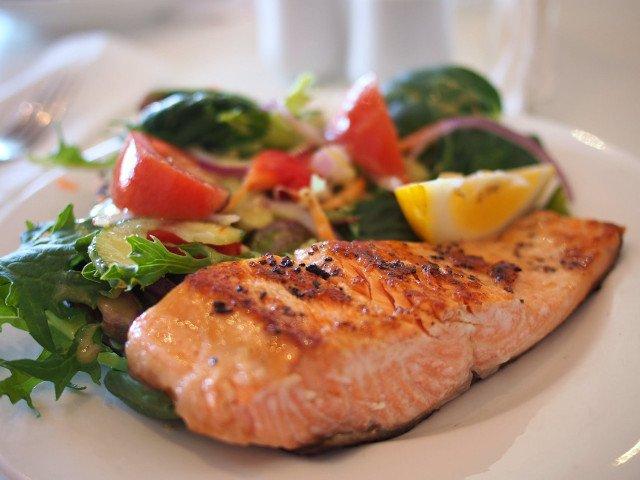 Studiu: Carnea rosie ar trebui inlocuita cu peste, oua si legume pentru reducerea riscului de deces prematur