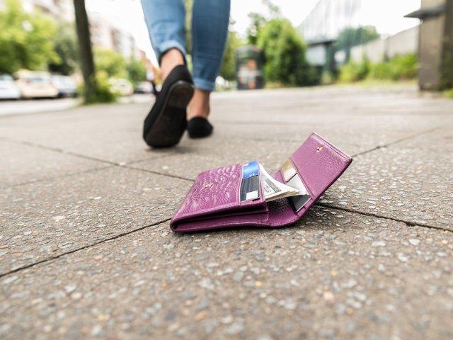 """Oamenii de stiinta au """"pierdut"""" 17.000 de portofele in 40 de tari pentru a testa onestitatea oamenilor"""