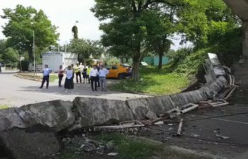 Buzau: O bucata de pod s-a prabusit pe strada / VIDEO