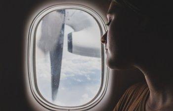 O pasagera a adormit si s-a trezit abandonata la bordul unui avion, cu luminile stinse