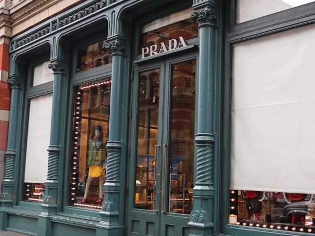 Grupul italian Prada, specializat in industria produselor de lux, lanseaza o gama de produse obtinute din plastic reciclat