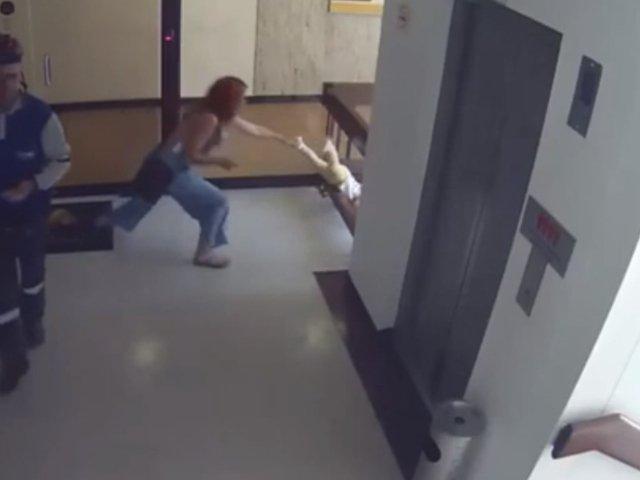 Reactia spontana a unei femei, cand a vazut ca fiul ei e pe cale sa cada de la balcon  / VIDEO