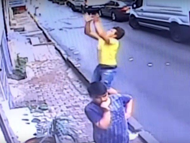 Adolescent de 17 ani vigilent a reusit sa prinda un copil de 2 ani, cazut de la etaj/ VIDEO