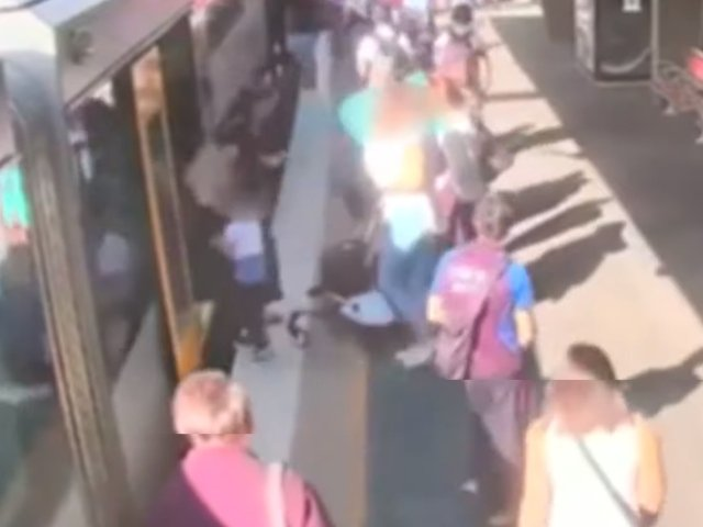 Momentul in care un baietel cade in golul dintre un tren si peron, sub privirile mamei sale / VIDEO