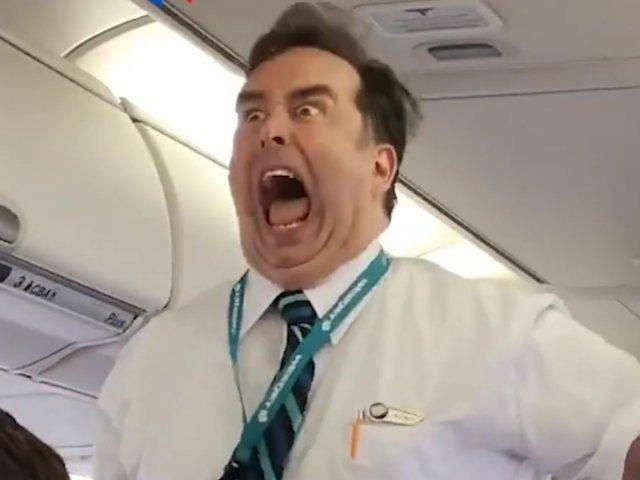 Un insotitor de bord amuza pasagerii unui zbor cu modul inedit in care prezinta masurile de siguranta / VIDEO