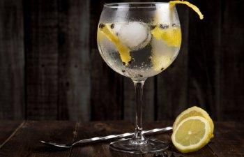 Indeparteaza matreata si curata tenul. 10+ utilizari practice pe care le are vodka