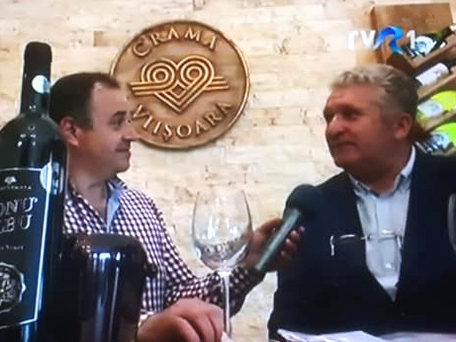 """Un producator de vin s-a laudat la """"Viata Satului"""" cu certificatele de virginitate ale angajatelor care zdrobesc strugurii"""