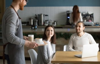7 obiceiuri nepoliticoase si enervante la care sa renunti cand mergi intr-o cafenea