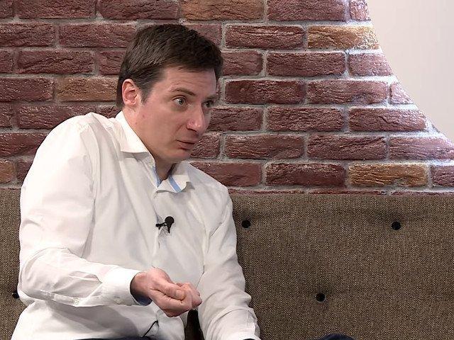 Andrei Caramitru:  Prostii se gandesc doar la panselute si borduri. Ca asta vad langa cafenea. Atat ii duce capul
