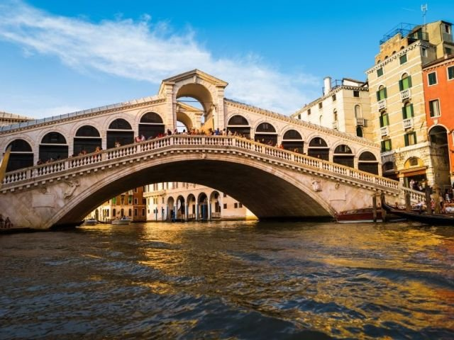 Doi turisti, amendati cu 950 de euro in Venetia, dupa ce si-au facut o cafea la baza podului Rialto
