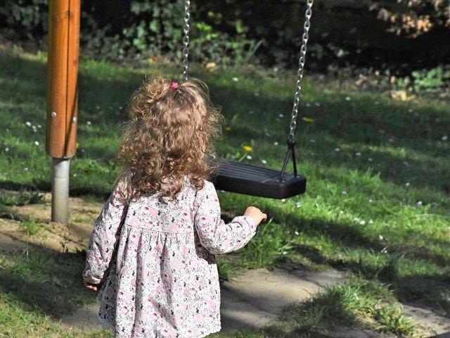 O fetita in varsta de 3 ani, in coma dupa ce a inghitit o pastila de ecstasy gasita la locul de joaca