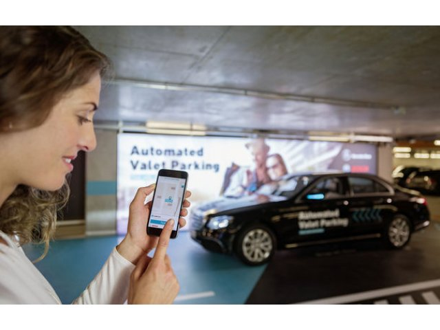 Mercedes-Benz a dezvoltat primul sistem de parcare autonoma fara supraveghere umana: tehnologia va fi testata la Stuttgart