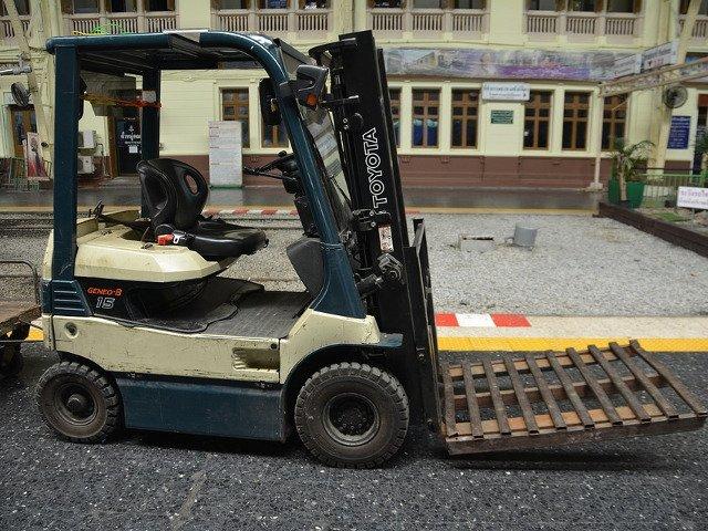 Un tanar de 20 de ani, dezamagit in dragoste, a distrus mai multe masini cu un stivuitor. Daune de peste 70.000 de euro