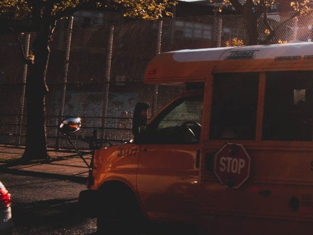 Un baietel de 6 ani a murit dupa ce a fost uitat intr-un autobuz scolar 9 ore