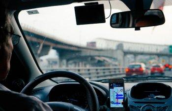 Se schimba Codul rutier: Se interzice folosirea cu mainile, in orice mod, a telefonului sau altor dispozitive