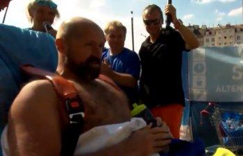 Record mondial: Un barbat a stat peste doua ore in gheata / VIDEO
