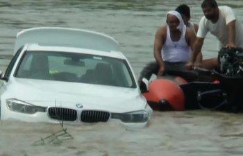 India: Un tanar a aruncat o masina BMW in rau, suparat ca tatal sau nu i-a cumparat un Jaguar / VIDEO