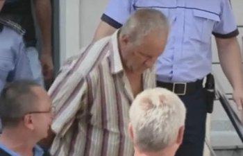 In curtea lui Gheorghe Dinca au fost gasite 2 tone de haine de femeie