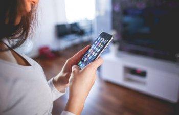 Studiu: Romanii isi petrec majoritatea timpului liber in fata televizorului sau pe internet