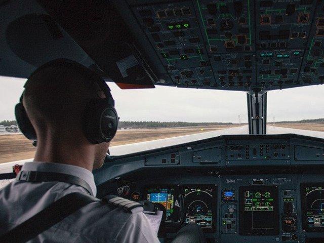 Cursantul unei scoli de pilotaj, aflat la primul zbor, a reusit sa aterizeze dupa ce instructorul a lesinat