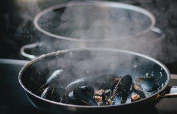 O femeie a murit dupa explozia unei tigai la un targ culinar