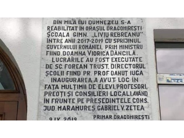 Zetea (CJ Maramures): Placa gravata cu multumiri adresate premierului Dancila, de la scoala din Dragomiresti, apartine primarului